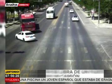 La espectacular maniobra de un camionero evita arrollar a un coche por milímetros