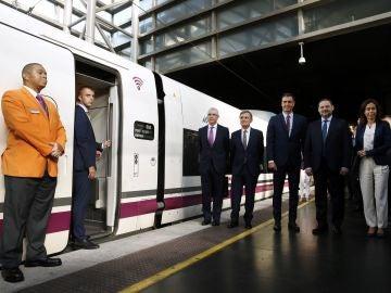 El presidente en funciones, Pedro Sánchez, en el AVE Madrid-Granada