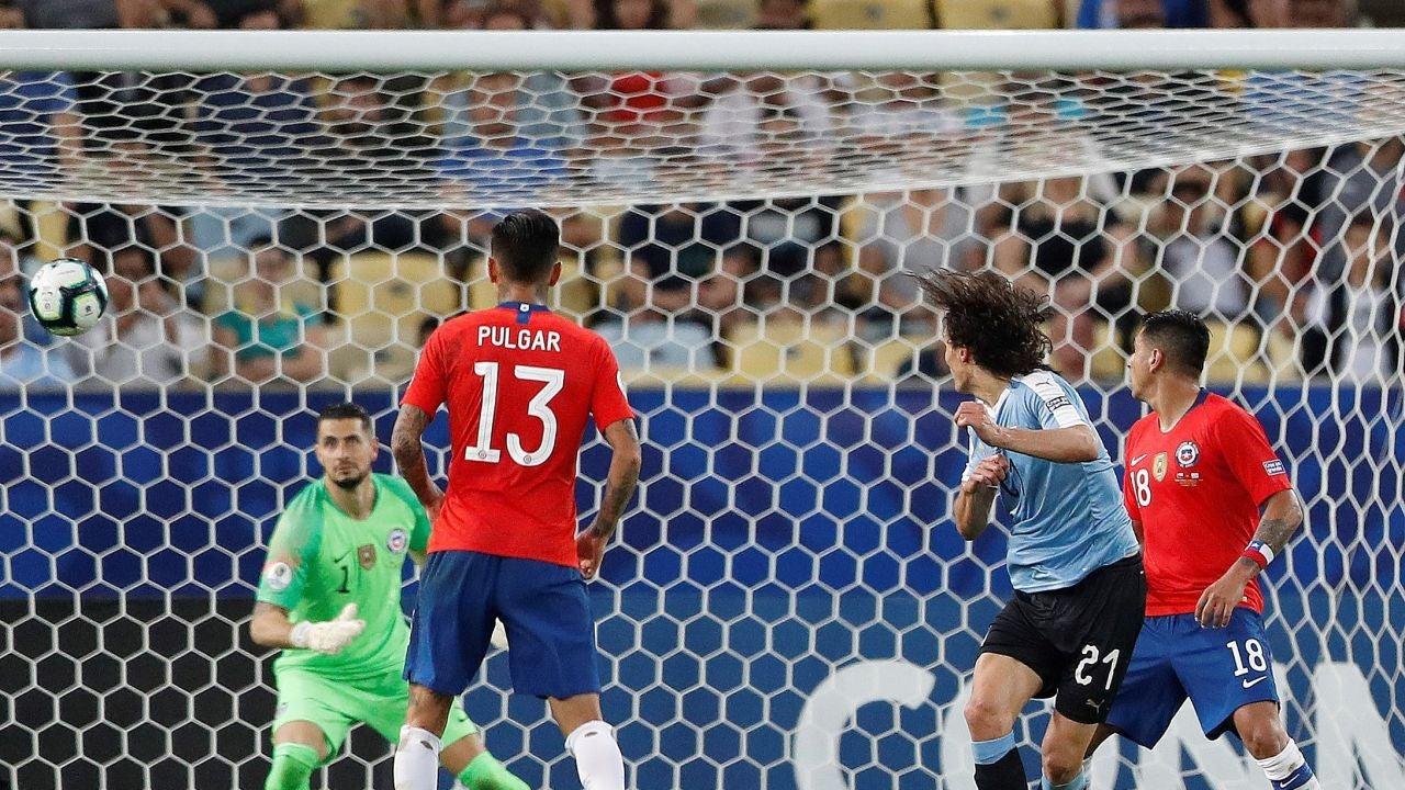 Cavani anota el gol de la victoria ante Chile