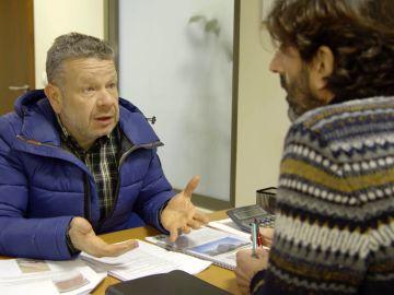 Chicote habla con un responsable de la Junta de Andalucía