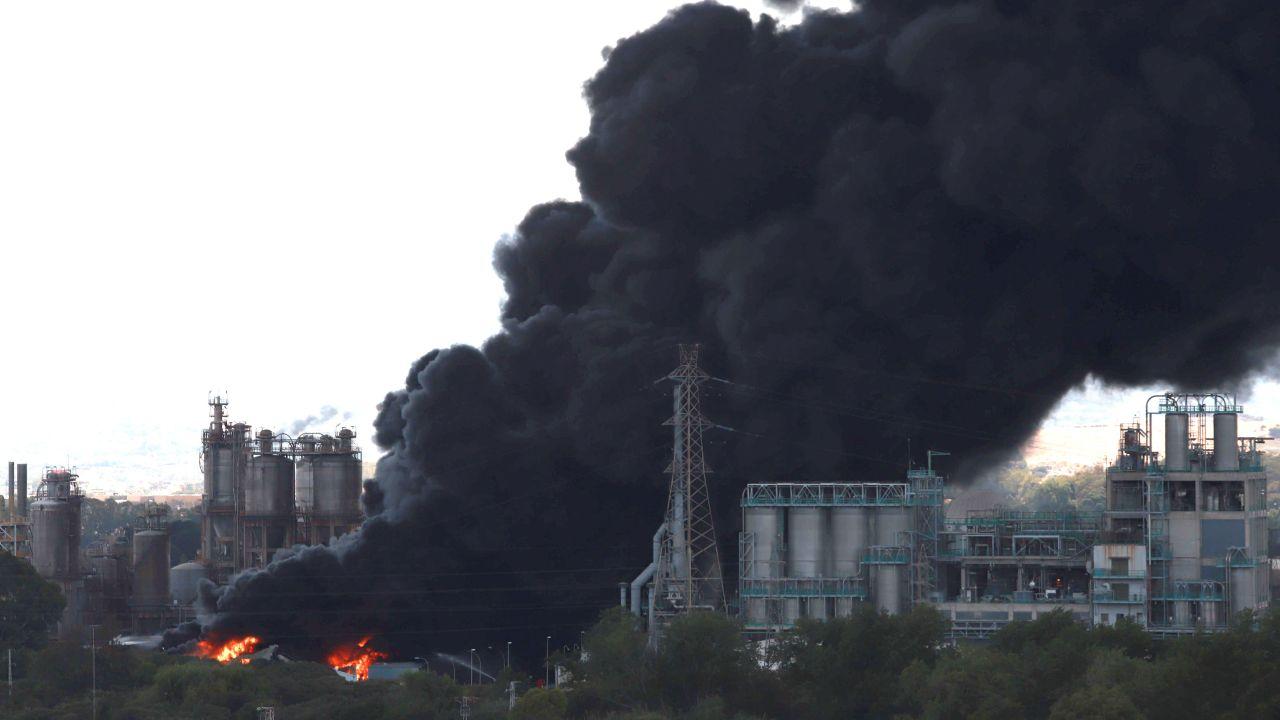 La voluminosa columna de humo negro generada por un incendio