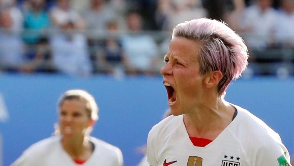 Rapinoe celebrando el segundo penalty contra España