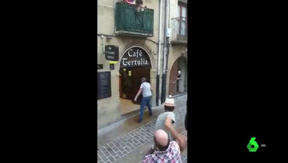 Una vaca se cuela en un bar durante un encierro en Laguardia, Álava