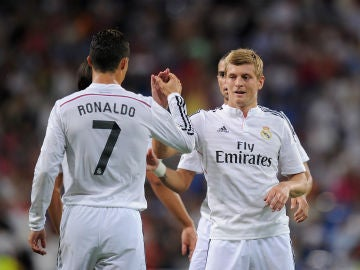 Cristiano y Kroos se saludan durante un partido
