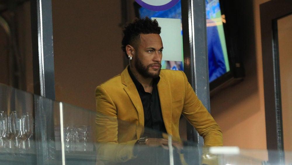 Neymar, viendo el Argentina-Brasil