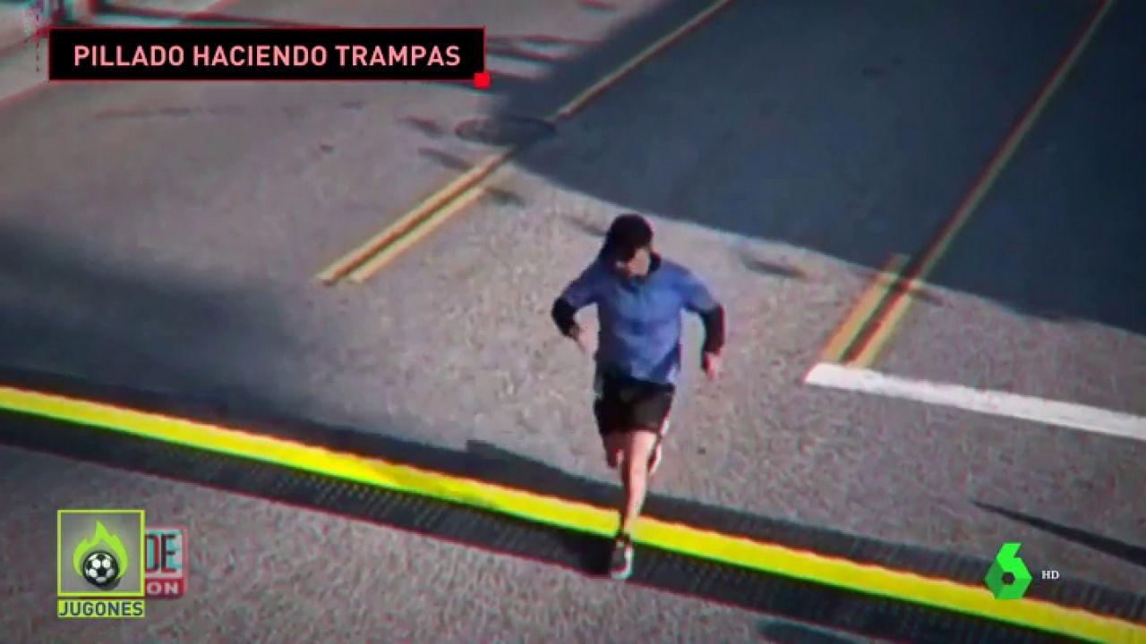 Frank Meza, cruzando la línea de meta en el maratón de Los Ángeles