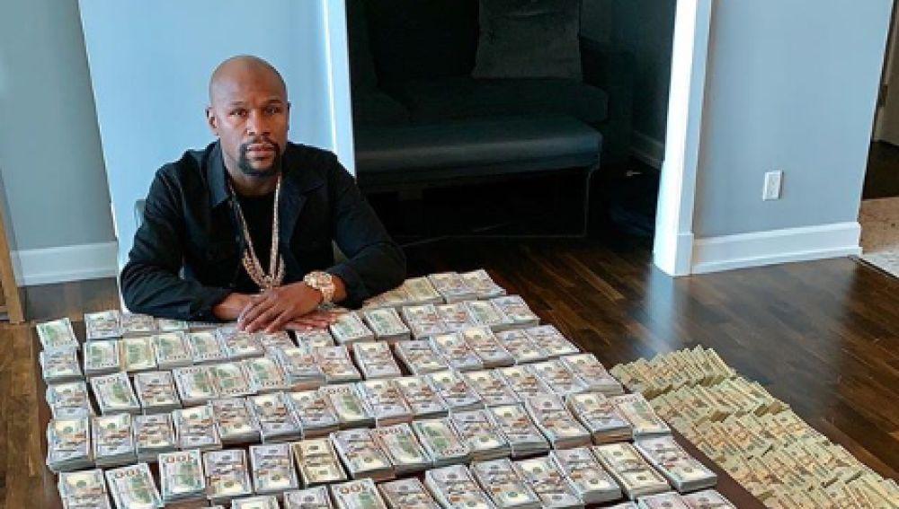 Floyd Mayweather enseña su dinero en efectivo