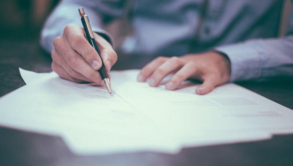Imagen de archivo de una persona escribiendo