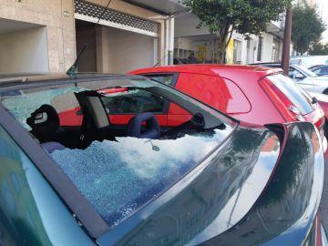 La luna de un coche, destrozada por el granizo que cayó sobre Lalín, Pontevedra