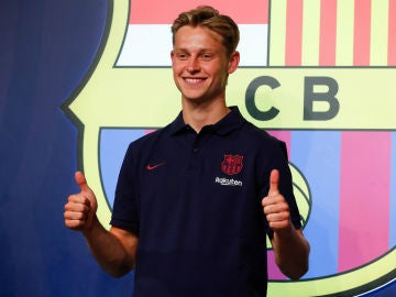Frenkie de Jong, con el escudo del Barcelona tras él