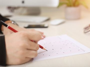 Imagen de archivo de una persona realizando un test