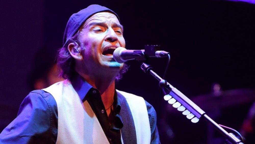 El cantante y guitarrista de Los Secretos, Álvaro Urquijo, durante el concierto del Universal Music Festival