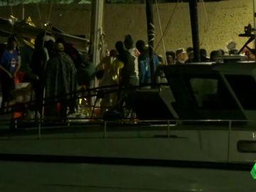 Migrantes desembarcan en Lampedusa