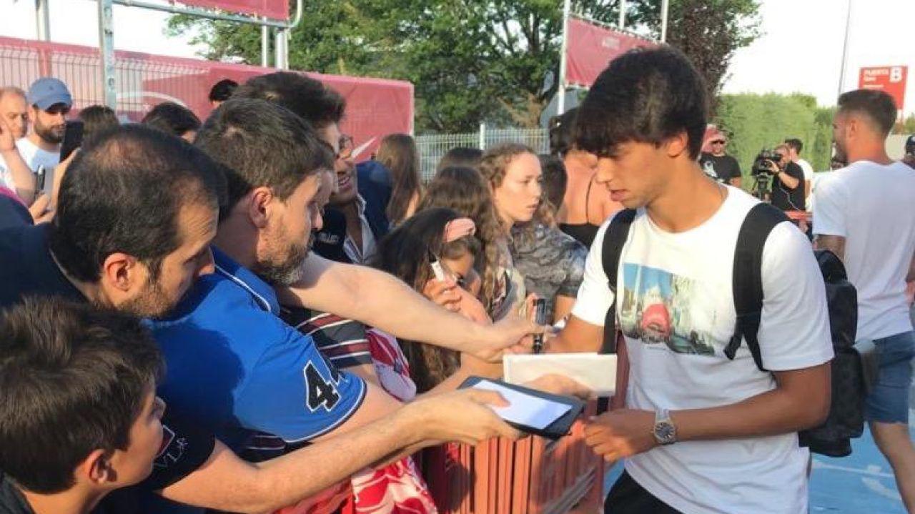 Joao Félix, con varios aficionados del Atlético