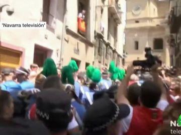 Gritos e insultos contra UPN durante el paso de San Fermín por el centro de Pamplona