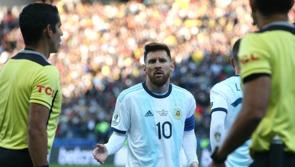 Messi protesta ante los árbitros