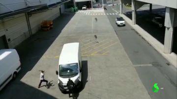 Imagen de un hombre atropellando a un guardia tras robar en Vitoria