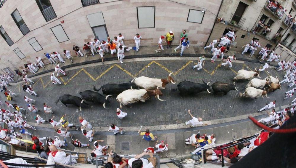 Los toros de la ganadería salmantina de Puerto de San Lorenzo a su paso por la Cuesta de Santo Domingo