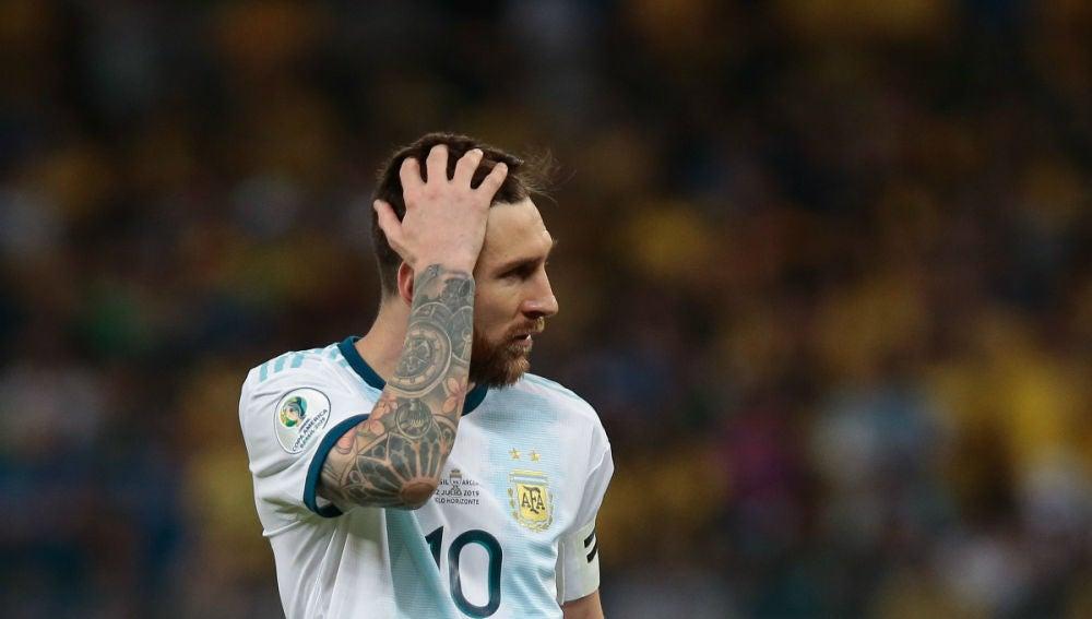 Messi se lleva la mano a la cabeza