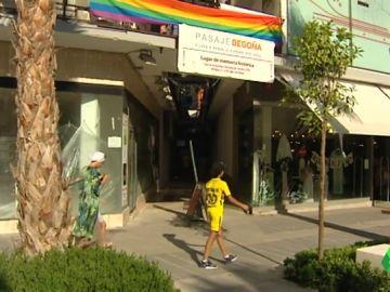 Cruzar a través del Pasaje Begoña de Torremolinos, el 'Stonewall español'