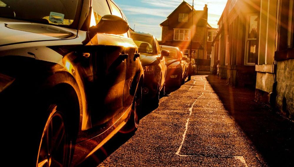 Coches aparcados al sol