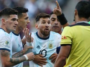 Messi protesta al árbitro tras su expulsión