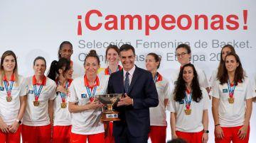 Pedro Sánchez posa con Laia Palau mientras sostienen el trofeo de campeonas del Eurobasket