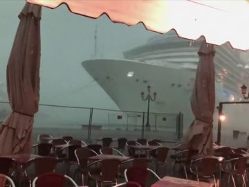 Imagen del crucero sin control que sembró el pánico en Venecia