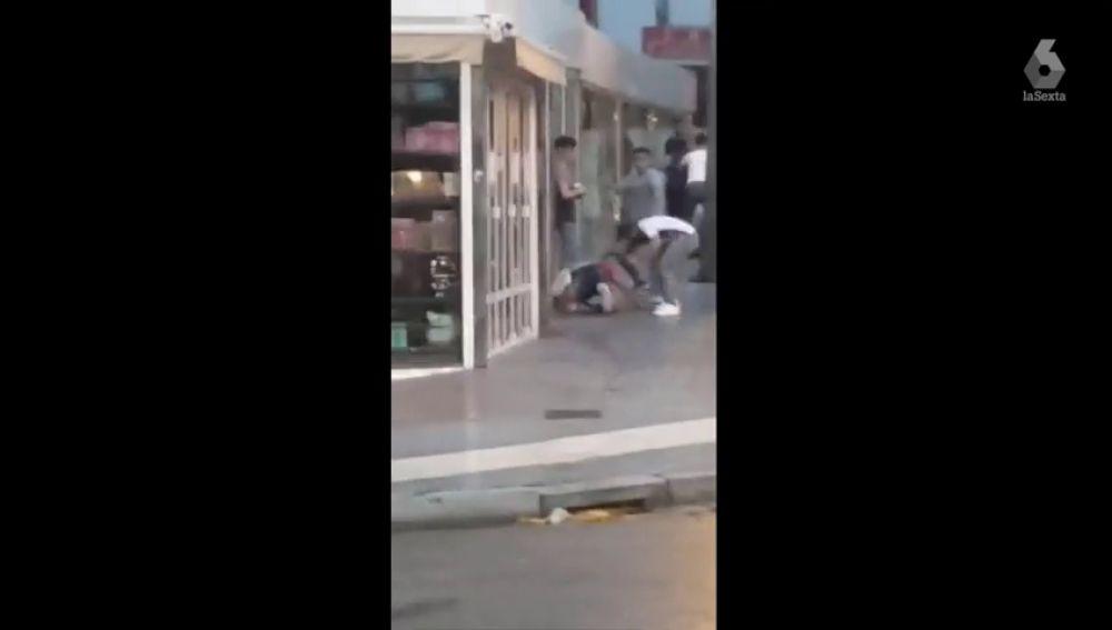Imagen de la brutal paliza por parte de cinco individuos a un joven en Salou