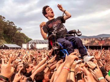 Álex y su silla de ruedas aupados por el público del Resurrection Fest