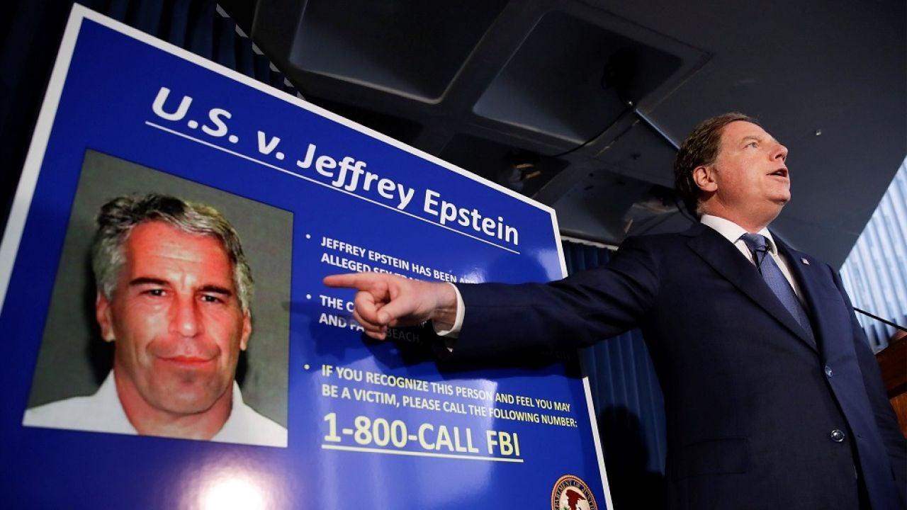 El fiscal federal del Distrito Sur de Nueva York comunica a los medios el arresto de Jeffrey Epstein.