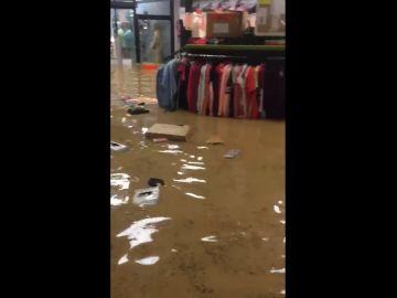 Así ha quedado una tienda de deportes en Tafalla,Navarra, después de las fuertes lluvias.
