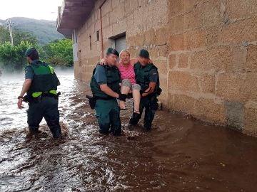 Una mujer es auxiliada por agentes de la Guardia Civil en Ourense