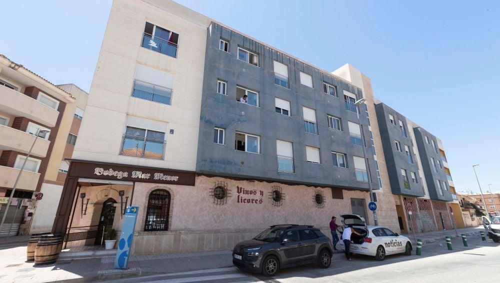 El edificio de Torre Pacheco donde fue encontrada muerta la pareja del interno que se ha suicidado en su celda.