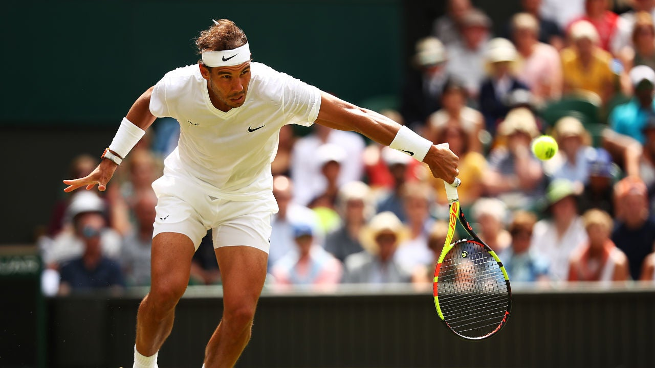 Nadal da un golpe cortado de revés en Wimbledon