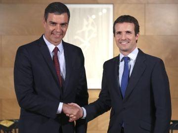 Pedro Sánchez saluda al líder del PP, Pablo Casado