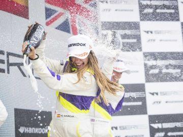 Marta García celebra el triunfo en el circuito urbano de Norisring