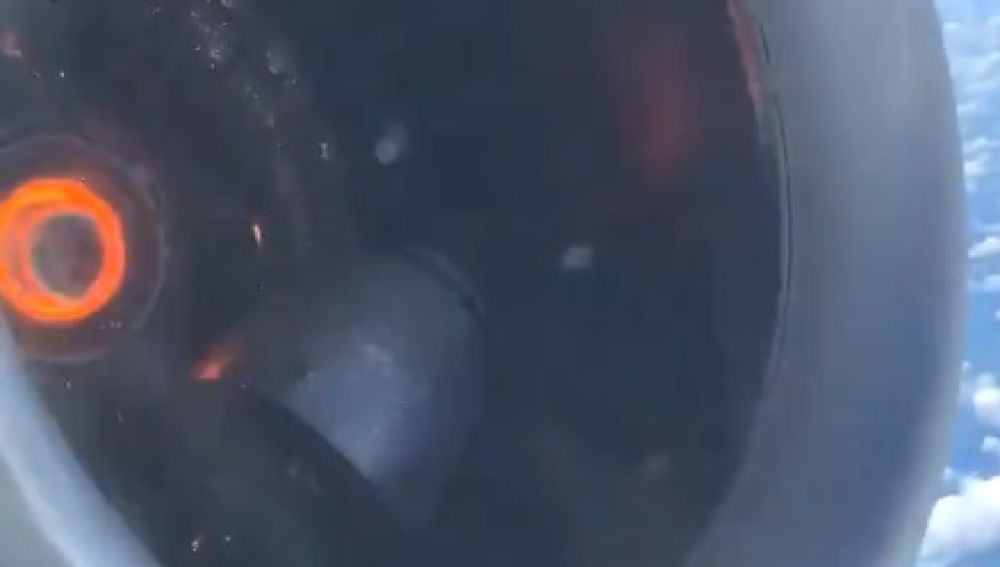 El motor del avión que minutos después se disponía a hacer un aterrizaje de emergencia.