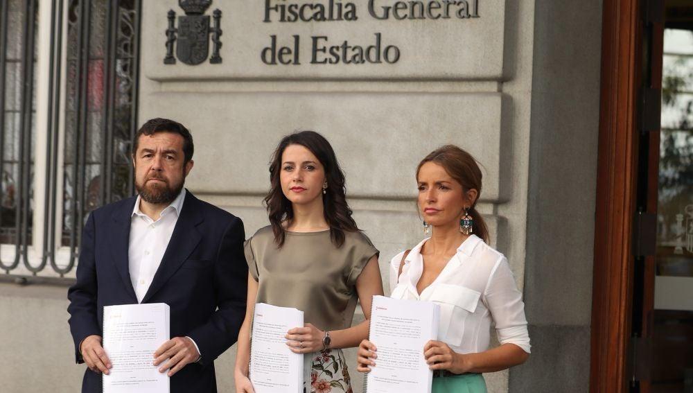 Inés Arrimadas, Patricia Reyes y Miguel Gutiérrez, con la denuncia que ha presentado Cs ante la Fiscalía