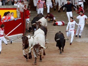 Imagen del cuarto encierro de San Fermín a su llegada a la plaza
