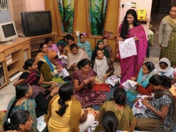 Clases de bordado en una clínica de gestación subrogada en la India