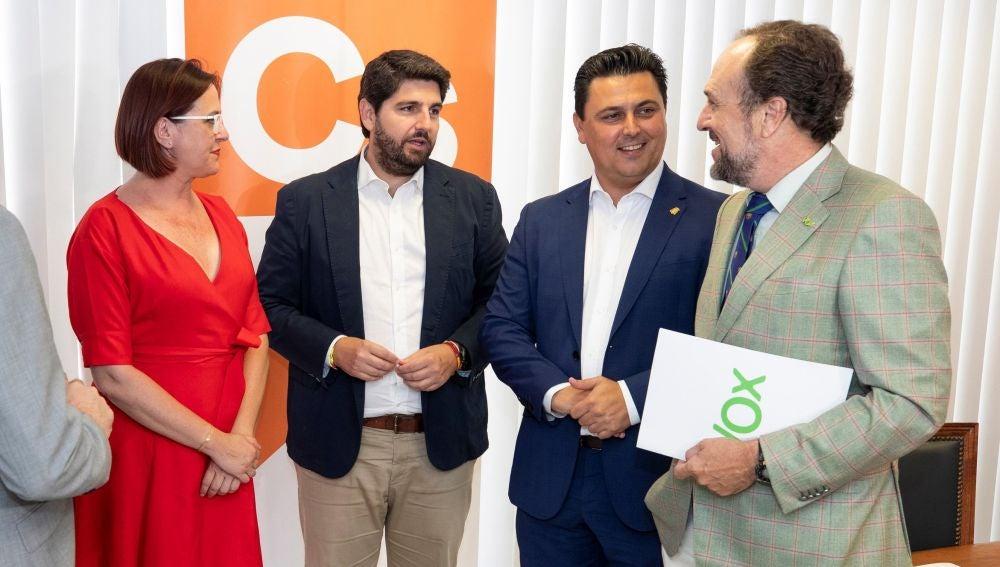 Los equipos negociadores del PP, Fernando López Miras y José Miguel Luengo, junto a la portavoz del grupo parlamentario Ciudadanos, Isabel Franco, y Luis Gestoso.