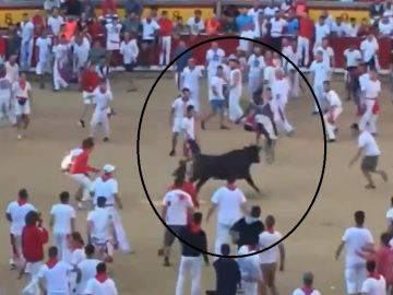 Josh Norman, saltando por encima de un toro en los San Fermines