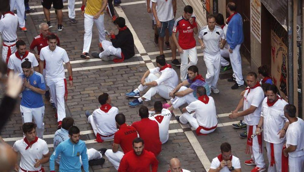 Algunos corredores protestan con una sentada en San Fermín