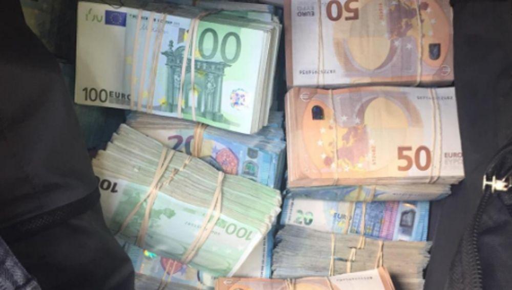 Dinero encontrado por la Policía en el maletero de un coche