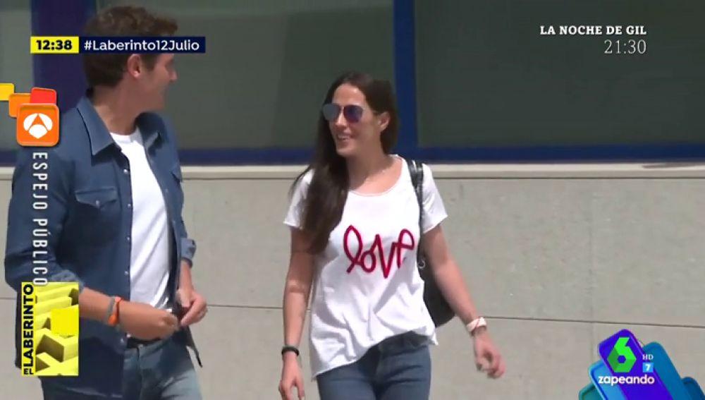 El mensaje subliminal de la camiseta de Malú en la salida de Albert Rivera del hospital que 'emociona' a los zapeadores
