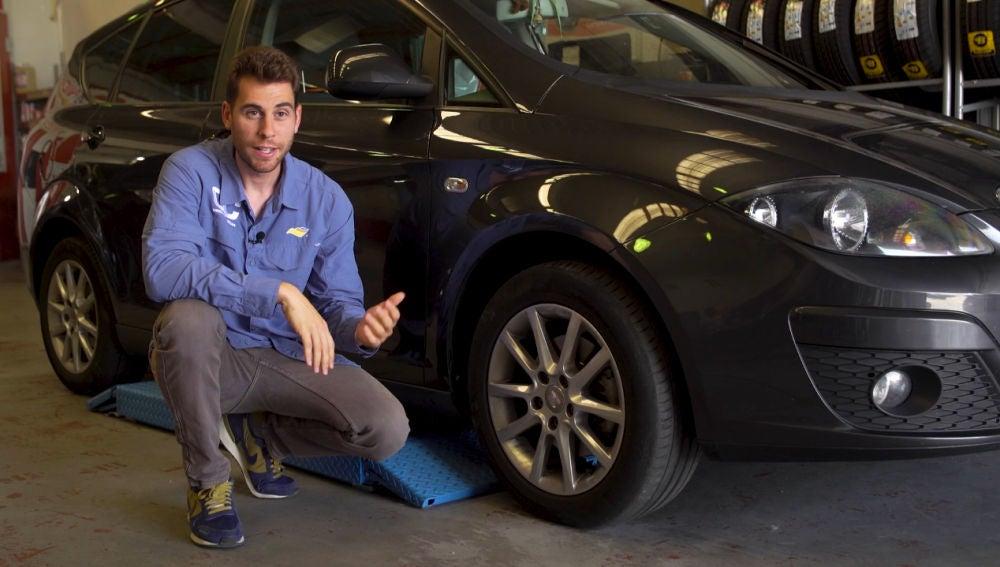 Borja Urteaga en un taller de coches