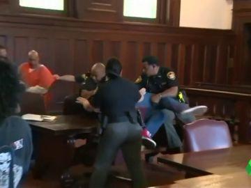 Dos hermanos intentan agredir al acusado de asesinar a su madre en pleno juicio