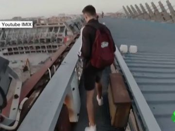 Tres jóvenes se cuelan en el Vicente Calderón y graban su interior