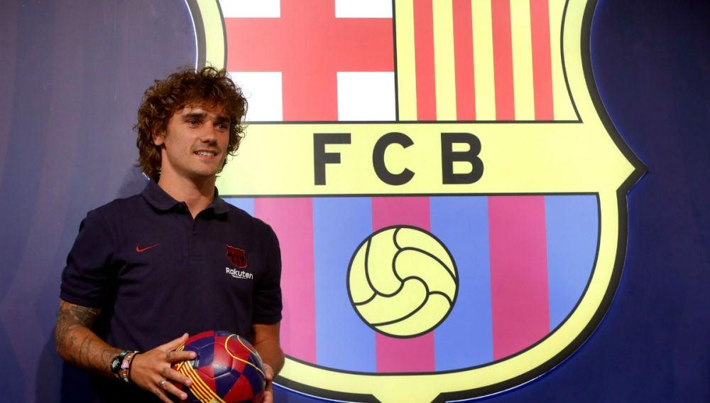 Griezmann posa con el escudo del Barcelona